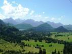Alpsee mit Schloss Neuschwanstein: Blick auf den Alpsee und links Schloss Neuschwanstein aus der Gondel der Tegelbergbagn aufgenommen